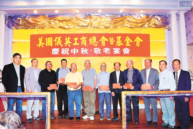 正副主席、基金會主任及中文書記向八位獲得大獎長老上台頒獎。譚國亮攝