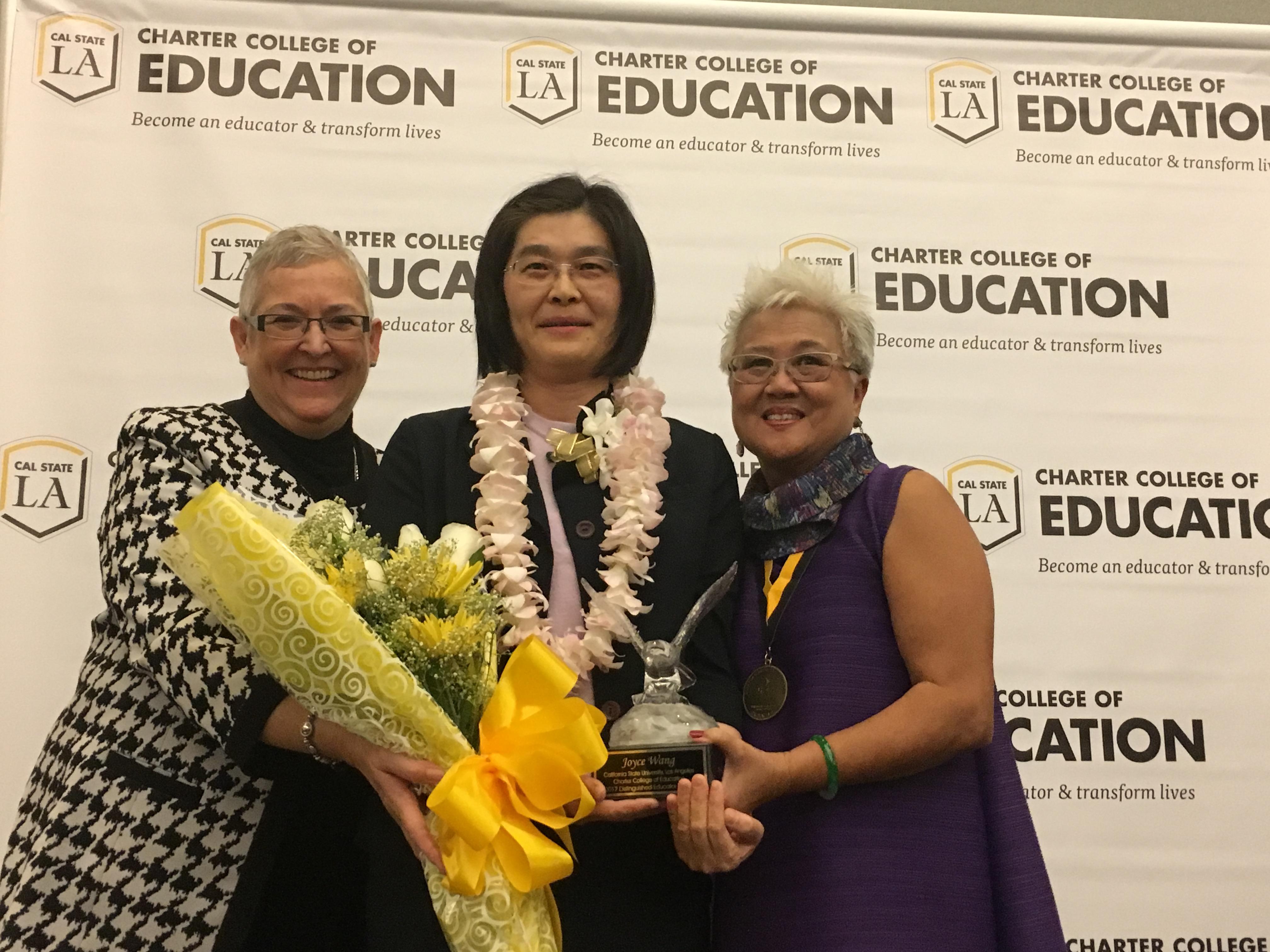 王乃珍(中間)被授予2017年年度傑出教育家獎。主辦方提供