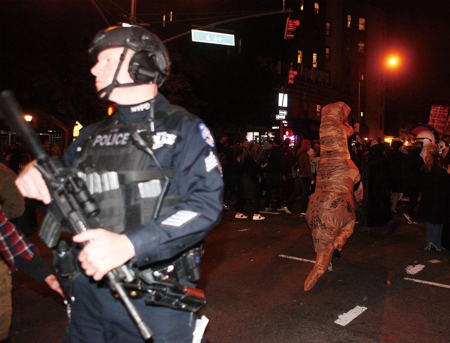 發生卡車撞人恐襲事件幾小時後,紐約年度萬聖節大遊行如期舉行,遊行起點距離恐襲事件發生地不足兩公里。 圖為警方在遊行隊伍沿途加強安保。中新社 疑兇塞波夫被警員開槍打中,將他制服拘捕。網上圖片 塞波夫下車後雙手持?兩支類似手槍物體,後證實不是手槍。 網上圖片