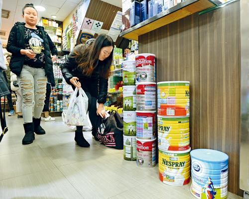 內地昨公布降低部分消費品進口的關稅,下周五起生效,涉及包括部分特殊奶粉等一百八十七種商品。蘇正謙攝