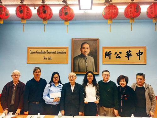紐約華僑學校「才德獎學金」得主與各僑領合影。