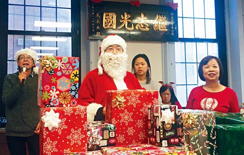 (左起)翁宇才、阮鴻燦、朱蘇珊、李翠屏等一起主持及派送獎品。主辦方提供