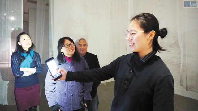 文化中心工作人員模擬在展覽現場自拍,並上傳到社交平臺。記者黃偉江攝