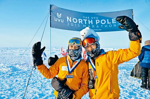 王利民(右)征服北極馬拉松。  資料圖片
