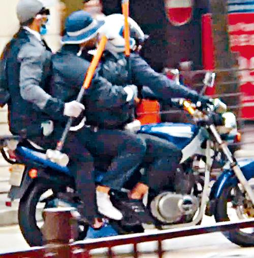 本年九月,三名南亞賊持鐵錘搶掠九件鑽飾後同乘電單車逃去。  三賊搶掠九件鑽飾後同乘電單車逃走。2017/09/20要聞A04