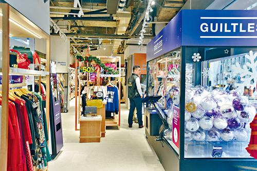 遇劫店鋪擺放大批名貴手袋及衣服。