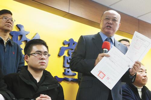 新黨發言人王炳忠(前左)等人19日遭檢調搜索,新黨20日召開記者會說明,新黨副主席李勝峰(前左2)出示傳票及拘票。中央社