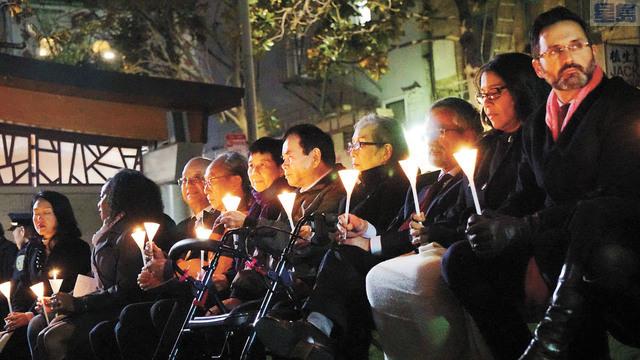 多位官員及社區領袖手持燭光,悼念李孟賢市長。記者黃偉江攝
