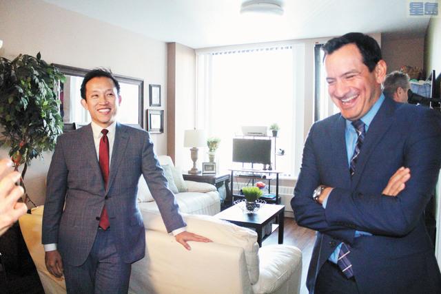 州眾院議長倫登(右)和州眾議員邱信福(左)參觀米慎灣可負擔房屋公寓的內部。記者梁穎欣攝