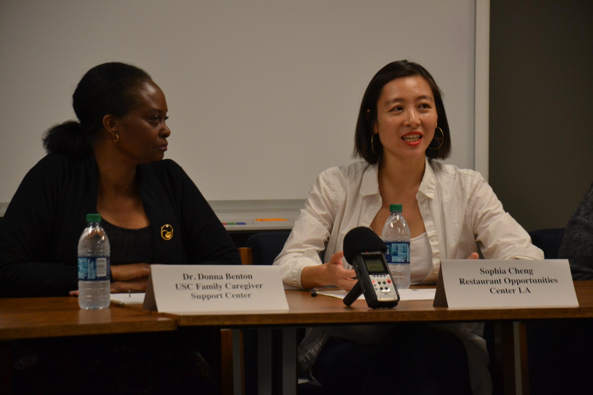 鄭茵(右)與斑頓(左)在講座上分享加州就業發展局「有薪家事假」的資訊。記者彭依寧攝