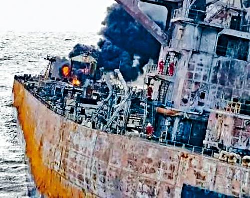搜救人員冒險上船取「黑盒」。 互聯網