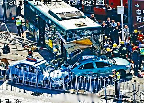 一輛巴士在廣州火車站東廣場連撞4輛的士。互聯網