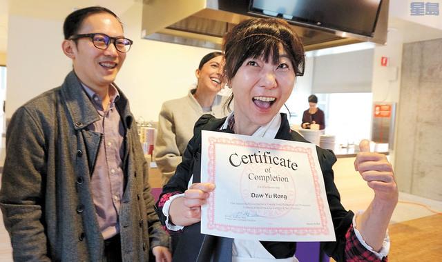 獲得畢業證書的學員興高采烈。記者黃偉江攝