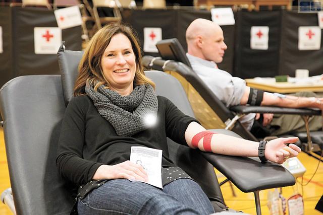 市民捐血後休息,面露笑容 。紅十字會提供