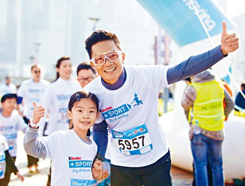 胡諾言與大女齊來參加馬拉松活動。