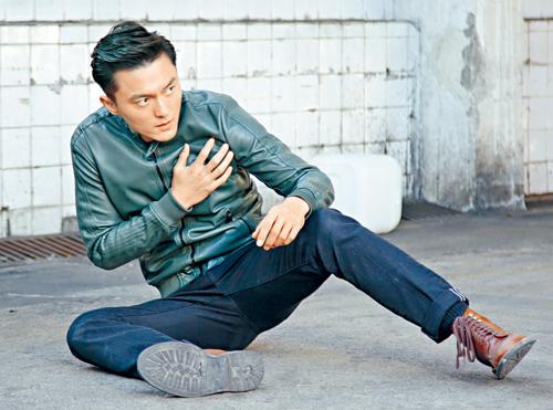 楊明親身上陣拍攝特技場面,認真搏命。