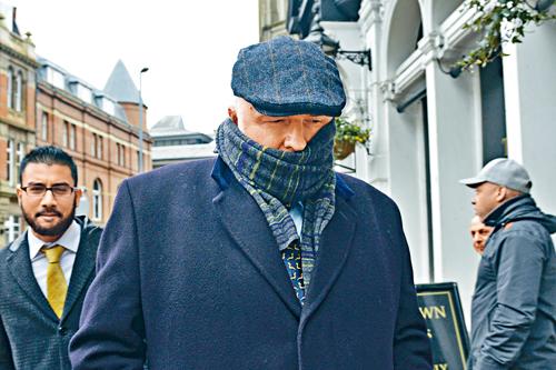 伯明翰外科醫生布拉姆霍爾(中)被判罰後,離開伯明翰皇家法院。美聯社