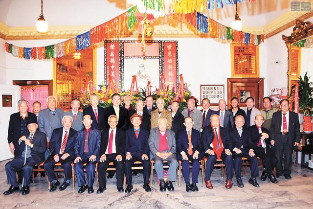 遡源總堂顧問團、主席團、原宗公所主席團及職員合影。譚國亮攝