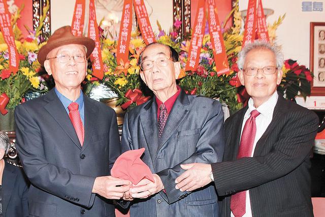 滿任遡源總堂主席雷榮業(中)向新任主席方錫光(左1)副主席鄺兆彭(右1)授印.譚國亮攝