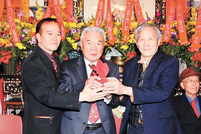 雷祖舜(右1)代表滿任原宗主席雷子敬向新任主席方煥林(中)副主席鄺志高(左1)授印.譚國亮攝