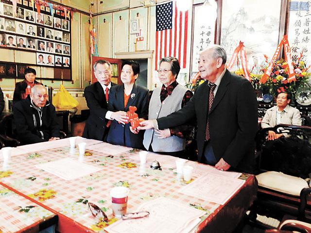在顧問陳耀泮(右1)、袁卓俊(左1)共同主持監交下,新任主席陳素平(右2)、副主席陳曼蓮(左2)接過印信,正式視事。三藩市至孝篤親公所提供