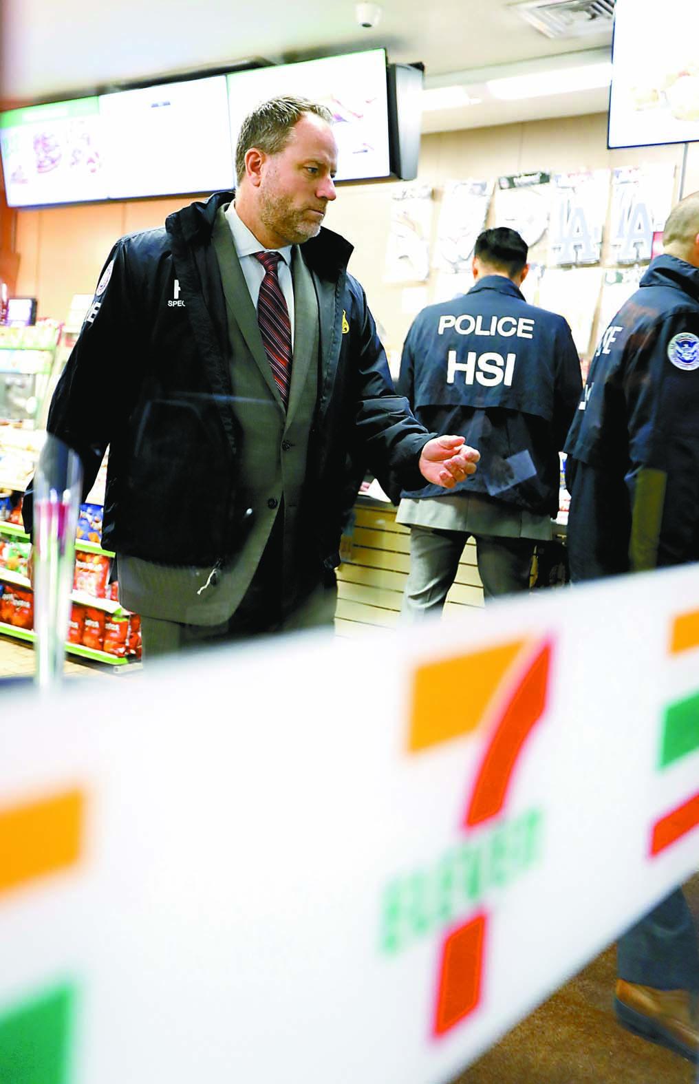 美國移民與海關執法局官員10日突擊搜查全國近百家7-Eleven。圖為行人經過芝加哥街頭的一間7-Eleven店。法新社