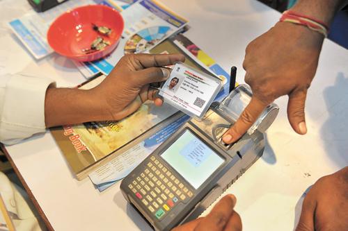 印度居民用Aadhaar或唯一身分證(UID)卡從銀行賬戶中提取資金。法新社