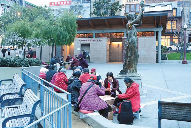 代理市長布里德(小圖)及市參事佩斯金提議將華埠花園角以已故市長李孟賢命名。記者姚善珩攝