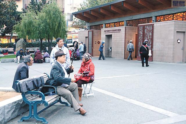 華埠花園角吸引不少附近居民來休休息,有人民客廳之稱。記者姚善珩攝