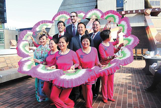 記者會上有中國舞表演,中間為(左起)參議員潘君達醫生、威善高、邱信福和丁右立。記者梁穎欣攝