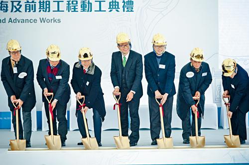 耗資約二百零五億元的東涌東填海及前期工程,昨由財政司司長陳茂波主禮下正式展開。蘇正謙攝