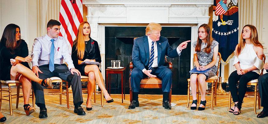 特朗普在白宮與校園槍案倖存學生座談。法新社