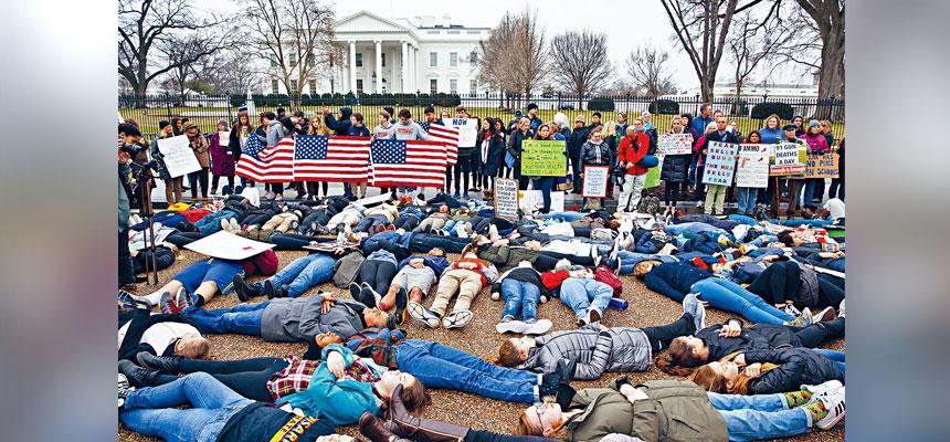 華府高中生在白宮前躺地抗議,呼籲當局立法控槍。 美聯社