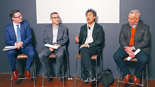作曲家黃若及劇作家黃哲倫,在華人博物館講述「美國士兵」加長版的內容。
