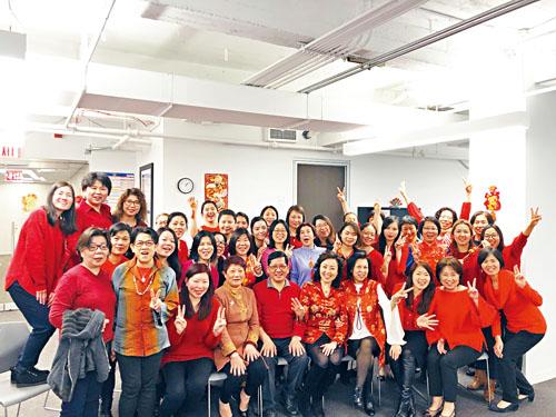 優先家庭健康護理公司正在招聘大量中英粵雙語或懂不同方言的員工,提供各種福利,歡迎前來報名。圖為副總Catherine Q Zhan(前右四),亞裔部主任 Ling Li (前右三),一起向華人社區賀年,祝大家春節快樂,闔家幸福。