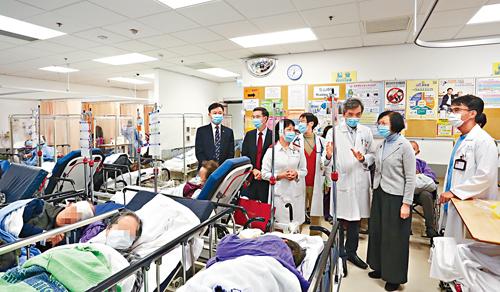 政府將大增公院牀位。圖為食衞局局長與醫管局高層日前視察北區醫院急症室,了解病人等候入院的情況。