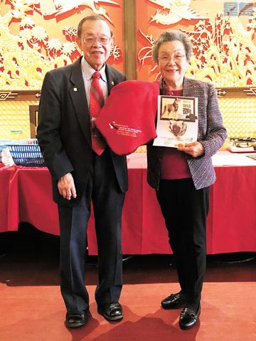 會長方創傑伉儷展示交通部長趙小蘭多年前贈送的禮物,并祝願各界僑胞狗年人旺、財旺,萬事旺。馬紅兵攝