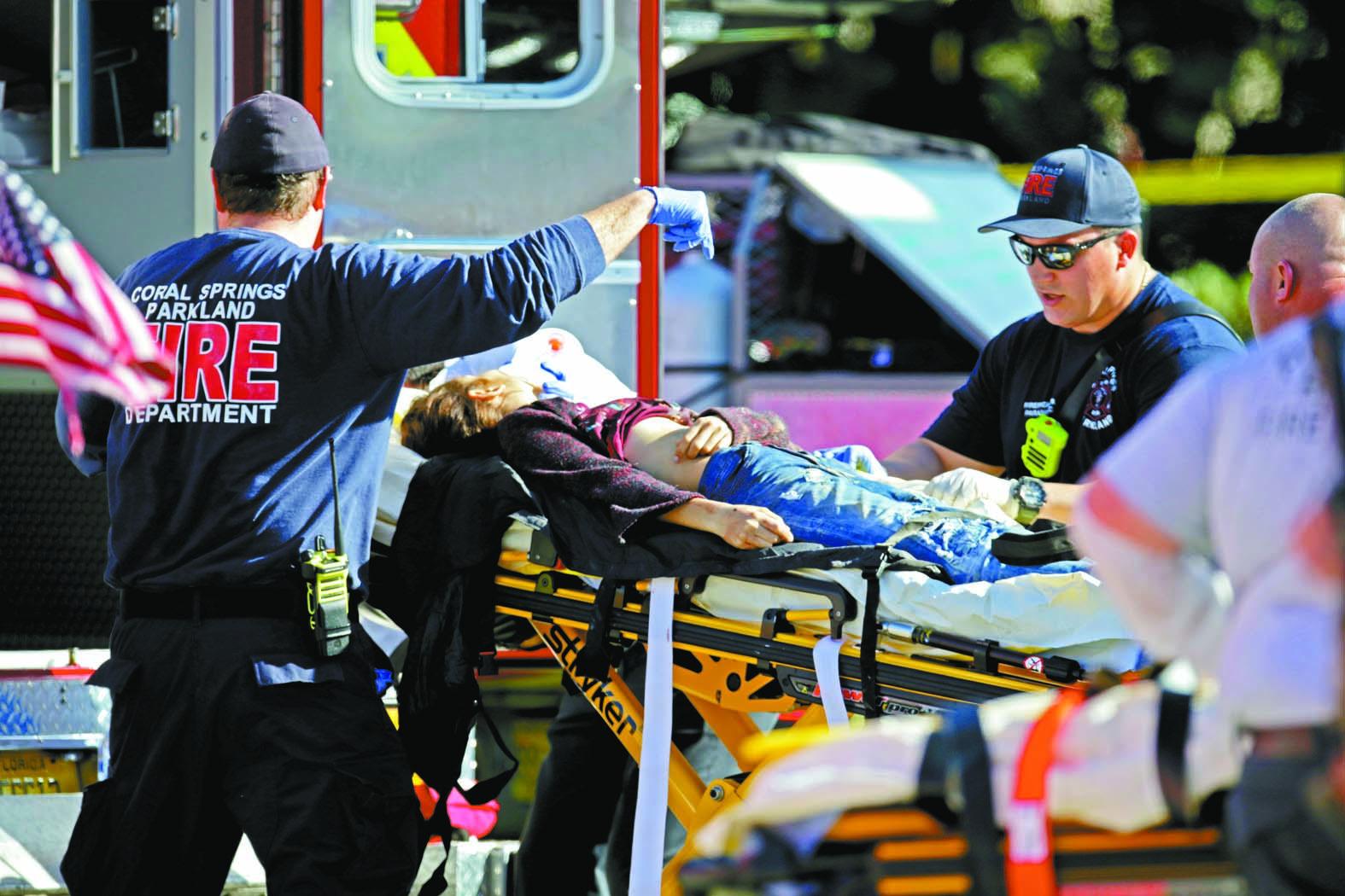 血腥槍擊案造成17死50傷。圖為一名受傷學生被送往救護車。美聯社