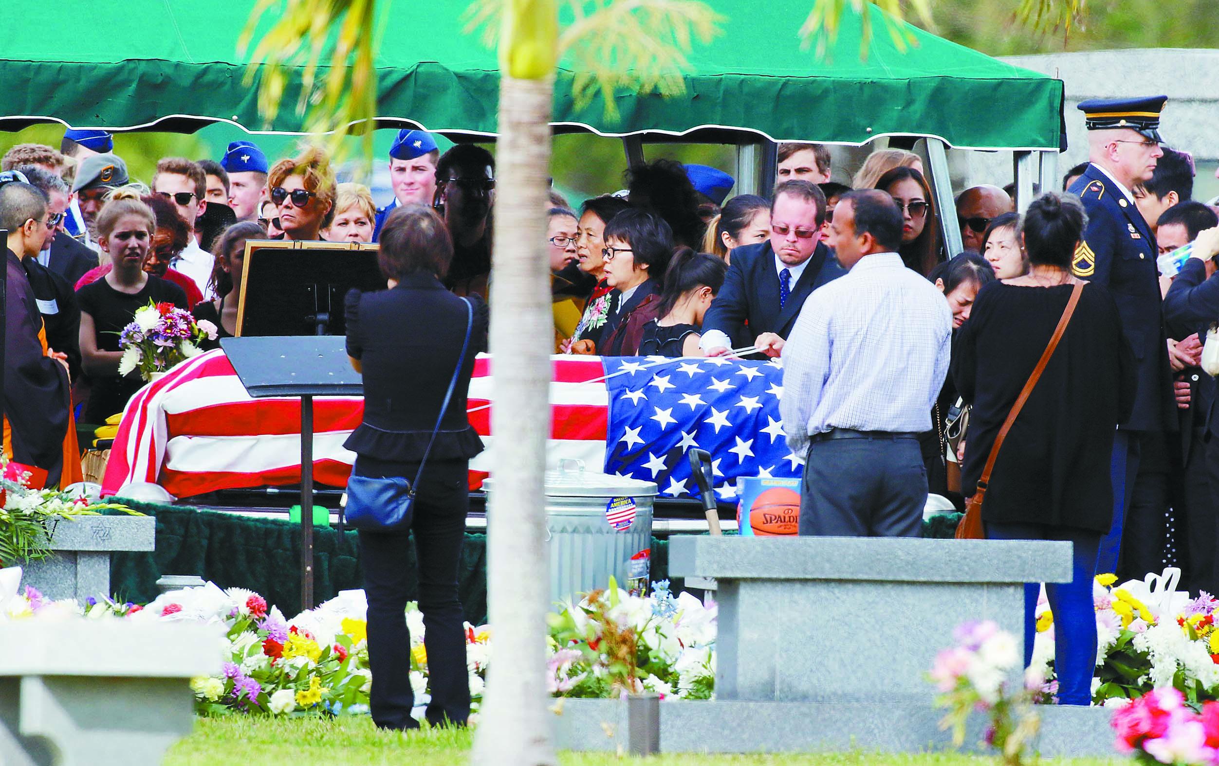 王孟杰的葬禮20日在佛州珊瑚泉市以軍禮形式舉行,棺槨上覆蓋著美國國旗。路透社