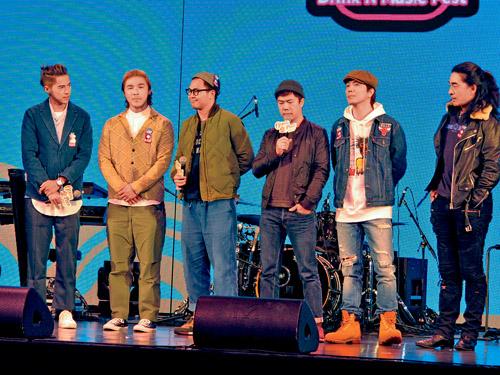 ■Shine與RubberBand出席「歌酒節」揭幕禮。