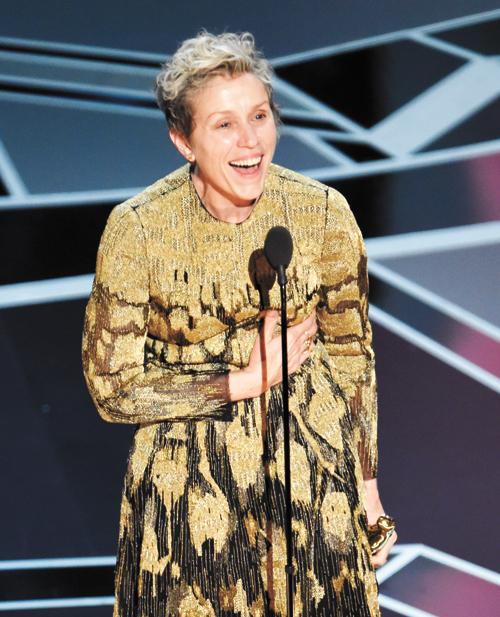 ■法蘭西絲麥朵曼身著金色禮服上台,她向親人、導演、編劇及會場所有人表示感謝。美聯社