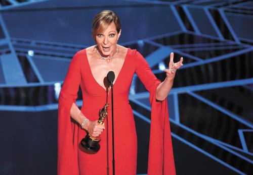 ■58歲的艾莉遜珍妮(Allison Janney)以電影《冰之驕女》(I, Tonya),一舉奪下第90屆奧斯卡最佳女配角。此前,她憑該片拿下金球獎、美國演員工會獎、BAFTA等最佳女配角獎項。電影中,她將惡母親演的維妙維肖,讓觀眾恨到咬牙切齒。獲獎感言時,艾利遜珍妮也不忘角色個性,以尖酸口吻幽默說:「這一切都是靠我自己得來的!」美聯社
