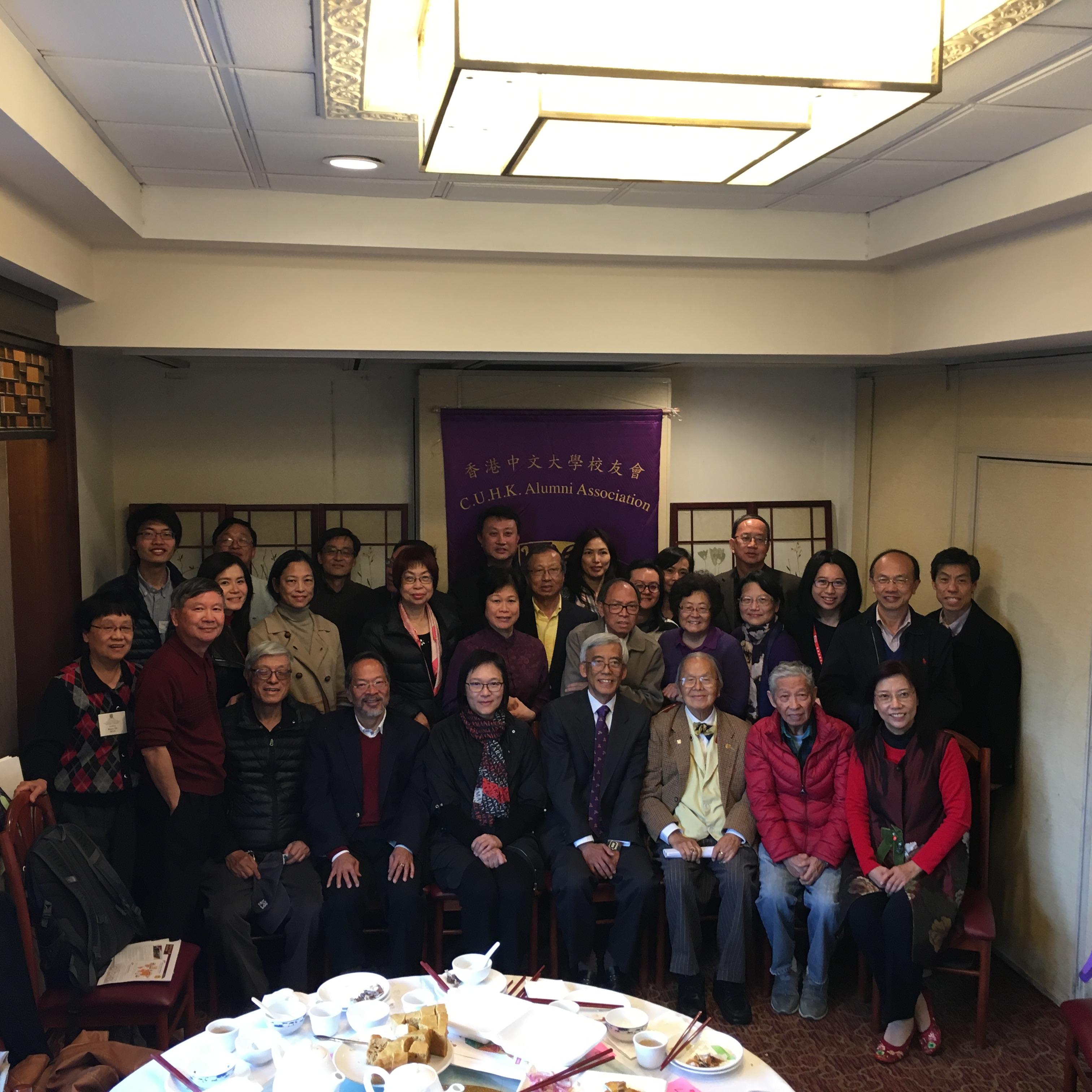 香港中文大學副校長潘偉賢教授(第一排左5)於3日和一眾校友慶新春。 實習記者李青蔚攝