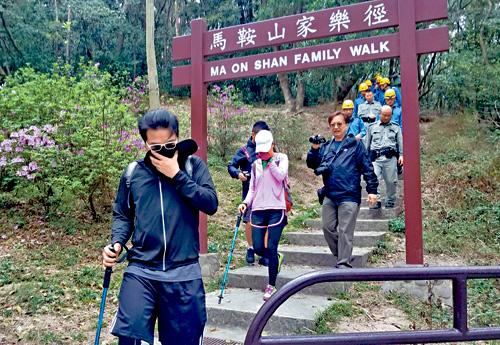 行山夫婦(左一、二)聲稱見到老虎「腳軟」,須由警員陪同落山。