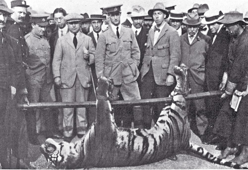 一九一五年三月,咬死兩名警員的老虎遭助理警察總監(中間穿警服者)一槍擊斃。