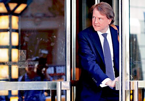 ■據報,特朗普曾與兩名證人談話,包括白宮律師麥克加恩,他曾接受通俄門特別檢察官穆勒的問話。 路透社