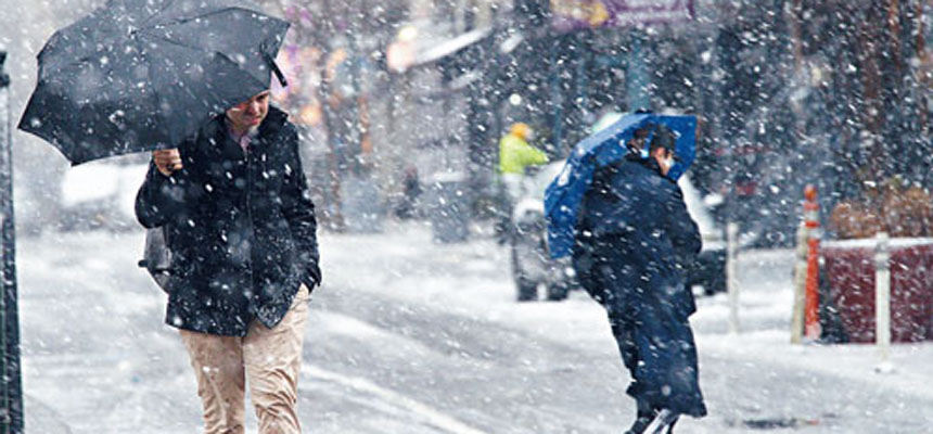 「東北風暴」吹襲紐約,對區內交通造成嚴重影響。美聯社
