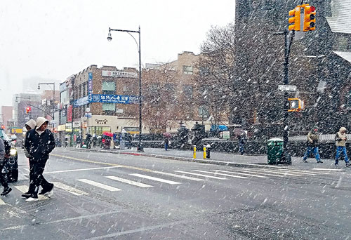 第二場東北暴風雪吹襲,法拉盛商業區緬街在風雪亂舞下,遊人稀少。