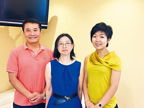 東方聽力中心三位聽力學博士(圖左至右為:郭志勇、郭晶及郭嫡雅)擁有豐富的臨床經驗,透過精密的聽力儀器為僑胞分析聽力程度,為各年齡層患者提供最佳治療方案。