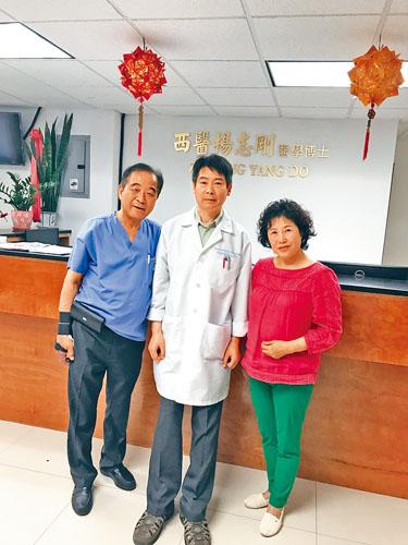 為患者疼症把關的兩位醫生大將楊志剛(中)、李薹鎬醫生(左)與朝鮮族的金姐(右)將各類頑疾一網打盡,歡迎星島讀者們向痛症剋星求診,迅速找回人生幸福指數提高生活質量。
